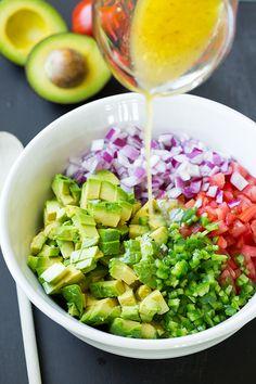 Avocado Salsa - Cooking Classy Alvocat, ceba, tomata, pebrot verd, julivert i salsa amb suc llimona, oli d'oliva, sal, pebre negre i cilantre