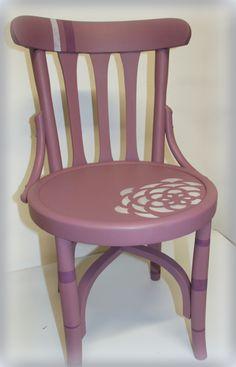silla pintada en color lila y decorada con estarcido