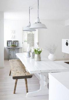 cuisine blanche, banc en bois brut, table et banc dans la salle a manger, lustes blancs, parquet massif chene couleur clair pas cher