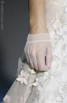 Rescatar unos guantes llenará de magia la imagen de la novia.