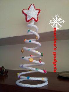 albero di Natale a spirale in tricotin con decorazioni. Stella bianca amigurumi