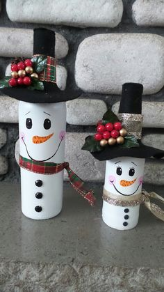 Easy DIY Dollar Store Christmas Decorating Ideas for Living Room - Wine Bottle Crafts Snowman Decorations, Snowman Crafts, Holiday Crafts, Christmas Decorations, Fun Christmas Party Ideas, Christmas Fun, Ideas Party, Christmas Wine Bottles, Painted Wine Bottles