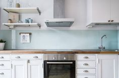 Kitchen wall backsplash that does not need any tiles. Over twenty attractive kitchen non-tile backsplash ideas. Feed your design ideas now. Cheap Kitchen Backsplash, Kitchen Tiles, Kitchen Countertops, Diy Kitchen, Kitchen Interior, Kitchen Design, Backsplash Tile, Kitchen Decor, Backsplash Wallpaper