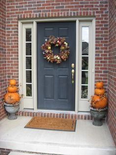 Front Door Planters Design, Pictures, Remodel, Decor and Ideas - page 3 Halloween Veranda, Casa Halloween, Spooky Halloween Decorations, Halloween Home Decor, Halloween Ideas, Halloween Design, Halloween Pumpkins, Pumpkin Decorations, Halloween Wreaths