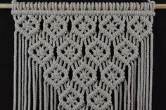 Técnica de macramé hecha a mano de los paneles de pared. Material: 100% algodón. Color: blanco. Correa: madera natural - pino. Dimensiones: La longitud de la correa en la parte inferior, incluyendo el hilo de rosca - 96cm/37,8 pulgadas El ancho del colgante de pared - 42cm/16,5 pulgadas