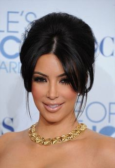 jpg Photo: This Photo was uploaded by glamww. Find other kim-kardashian-kapsel-opgestoken-haar.jpg pictures and ph. Retro Hairstyles, Hairstyles With Bangs, Wedding Hairstyles, Hairstyles 2016, Easy Hairstyles, Kim Kardashian Cabelo, Kourtney Kardashian, Wedding Beauty, Wedding Makeup