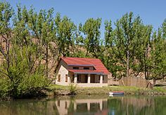In a valley among the foothills of the Southern Drakensberg lies a secluded lake, a natural sanctuary far from the distractions of modern life. Kite, Cottage, Cabin, House Styles, Modern, Nature, Home Decor, Trendy Tree, Naturaleza