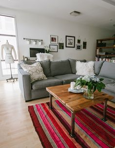 neutral living space with a bright accent rug #theeverygirl