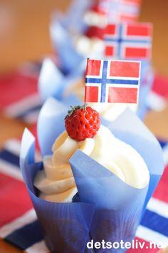 Cupcakes til 17. mai med vanilje, jordbær og hvit sjokoladekrem | Det søte liv Constitution Day, Norwegian Food, Public Holidays, Raspberry, Muffins, Cupcakes, Fruit, Norway, Diy