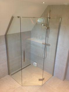 Glazen douche opstelling op maat gemaakt door Martens Glas Design. Een perfecte fit voor uw badkamer.