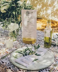 Simples detalhes que fazem toda a diferença.  Neste casamento em Hydra, Grécia, foram usados elementos que criaram uma composição lindíssima, bem ao estilo mediterrâneo: raminhos de oliveira, toalha de crochê branca, velas, flores brancas e até uma garrafa de azeite personalizada com a identidade visual usada no casamento, assim como o menu. E, dentro do prato, a lembrancinha: um saquinho de tecido contendo um sabonete artesanal de óleo de oliva, para que os convidados levem um pouco do ...