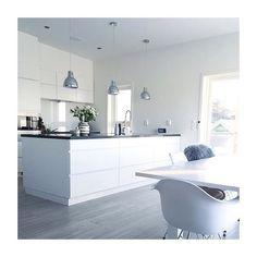 { Kitchen } Double tap if you like this solution Cred… Kitchen Interior, New Kitchen, Kitchen Dining, Kitchen Decor, Kitchen Ideas, Küchen Design, House Design, Rustic Country Homes, White Gloss Kitchen