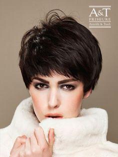 Der Pixie Cut liegt total im Trend und kleidet besonders zarte, feminine Gesichter, zu denen der jungenhafte Schnitt einen reizvollen Kontrast bildet. #Pony-Frisuren  http://www.arnoldyundtraub.de/Galerie/Kollektionen/Merci-Coco/