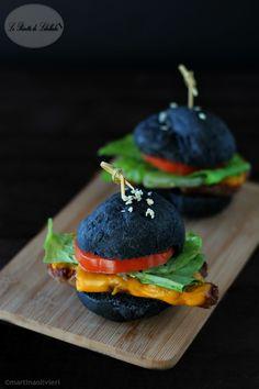 panino nero con salsiccia