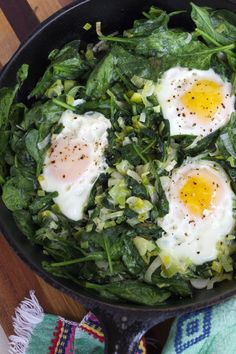 Skillet Poached Eggs with Spinach and Leeks. Quick and easy vegetarian dinner or brunch. Easy Vegetarian Dinner, Best Vegetarian Recipes, Healthy Recipes, Meatless Recipes, Ovo Vegetarian, Healthy Breakfasts, Vegan Meals, Vegetable Recipes, Egg Recipes