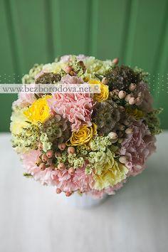 Персиковый свадебный букет с ягодами, желтыми розами и лимониумом