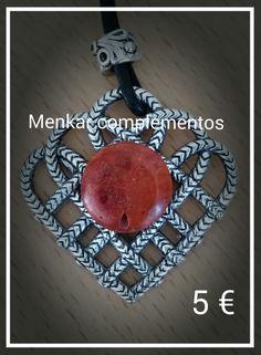 Colgante de coral rojo montado sobre filigrana trenzada y cuero con entrepieza labrada. Largo aprox. 45 cm. Precio €5.
