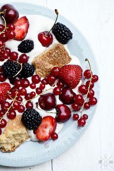 Geschlagene Sahne mit frischen Beeren, Holunderblütensirup und Shortbread | relleomein.de #vegan