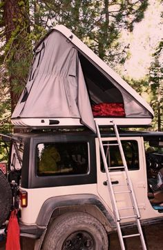 Jeep Wrangler With Discovery Evolutions Rooftop Tent - A must have when the trailin' begins. 'This would be the a dream to have on my dream jeep wrangler unlimited' Jeep Jk, New Jeep Wrangler, Jeep Truck, Jeep Wrangler Camping, Jeep Wranglers, Ford Trucks, Camping Jeep, Jeep Tent, Camping Cot