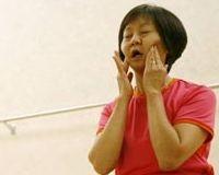 Yüz yogası ne kadar sürede etkisini gösterir sorusunu Yoga Eğitmeni Lourdes Çabuk görüntülü yanıtlıyor