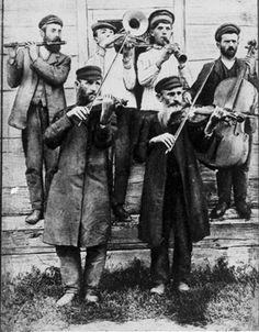 KLEZMER Instrumentos comunes Violín, Címbalo o Dulcémele, Clarinete, Acordeón, Trombón, Trompeta, Piano, Percusión. Surgió durante la Baja Edad Media, en las comunidades judías de Europa Oriental, basado en melodías y canciones tradicionales judías tanto religiosas como seculares. Algunas composiciones armónicas influenciadas mayormente por la música tradicional rumana (predominantemente de Moldavia, particularmente Besarabia y la región rumana de Bucovina); también están presentes…