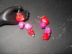 http://de.dawanda.com/product/34253449-925-Siber-Ohrhaenger-mit-Howlith-Schaedeln-pinkrot Dieser 925 Silber Ohrhänger, hat 4 Howlith-Schädel, die auf einem Pink lackierten Draht aufgefädelt sind. Der oberste Schädel (rot) ist größer als ...