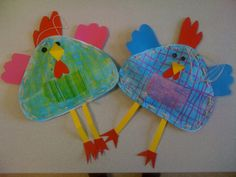 Poules de Pâques en papier Canson, rembourrées avec du papier journal et cousues avec du raphia