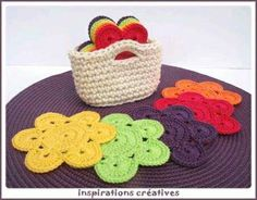 Crochet this flower coaster set and holder in Kitchen Cotton for a lovely handmade housewarming gift. English version can be found on Inspirations Creatives. Crochet Diy, Crochet Amigurumi, Crochet Home, Love Crochet, Crochet Gifts, Crochet Potholders, Crochet Motifs, Crochet Doilies, Crochet Patterns