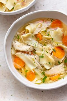 This Crockpot chicken noodle soup recipe is the best easy healthy soup! It's quick to prepare and full of tender chicken and egg noodles. Perfect for a cold day! Slow Cooker Huhn, Slow Cooker Soup, Slow Cooker Chicken, Easy Crockpot Chicken, Chicken Soup Recipes, Healthy Soup, Healthy Recipes, Couscous Healthy, Healthy Zucchini