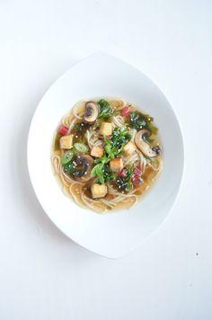 Ja, auch am Abend! Wann soll man sonst leicht-bekömmliche Speisen zu sich nehmen? Diese würzige Asia Nudelsuppe ist der perfekte Genuss für Zwischendurch, egal zu welcher Tages- oder Nachtzeit. #asia #nudelsuppe #tofu #algen #wakame #vegan #prokopp Tofu, Spaghetti, Ethnic Recipes, Noodle Soup, Soy Sauce, Roast, Cooking, Seaweed, Noodle