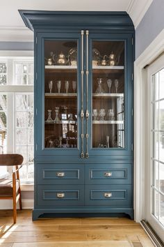 Dark Kitchen Cabinets, Blue Cabinets, Kitchen Buffet Cabinet, Cabinet Paint Colors, Cuisines Design, New Kitchen, Kitchen Ideas, Kitchen Trends, Painting Cabinets