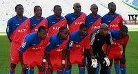Un autre élément qui illustre le fait que le passé et le présent s'entremêlent est l'équipe de football haïtienne, qui se nomme les Grenadiers. Ce nom vient du chant que les ancêtres que les ancêtres chantaient lors de la guerre pour l'indépendance: «Grenadiers a l'assaut! Sa Ki Mouri Zafe a Yo. Nan Pwen Mamam. Nan Pwen Papa. Sa Ki Mouri, Zafe a Yo! Grenadiers A l'assaut!». Aujourd'hui, la foule scande grenadiers à l'assaut lorsque l'équipe est en offensive. Haiti Soccer, Equipement Football, Good People, Baseball Cards, History, Learning, Sports, Nan, Actuel