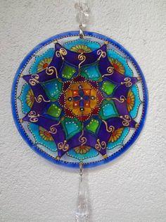 Peça feita em vidro 3mm com 20 cm de diâmetro  Pintura vitral feita a mão  Decorada com pedras e pingente  Aceito encomenda para outros tamanhos