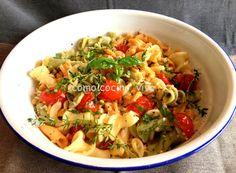Ensalada de pasta con tomatitos, hierbas aromáticas y frutos secos