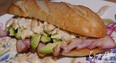 В майонез хорошо добавить чеснок, тархун, кинзу или мяту. Мясо подойдет любое — можно взять телятину, индейку, да и с сосиской получается очень вкусно.