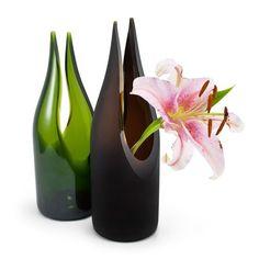 vase from wine bottle. Cutting Wine Bottles, Wine Bottle Vases, Recycled Glass Bottles, Glass Bottle Crafts, Diy Bottle, Bottles And Jars, Garrafa Diy, Wine Decor, Altered Bottles