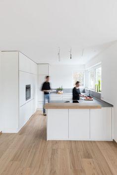 Weiße Küche | Küchenplanung | Küche planen | modern | schlicht | Vollholz | Theke | Tresen | schlicht | Deckenhohe Schränke | Neue Räume Schwäbisch Hall | Schreiner