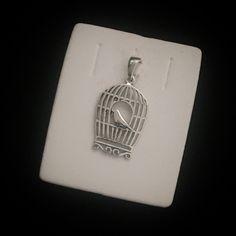Pingente passarinho em gaiola provençal em prata 925
