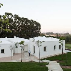 Casas de estilo clásico de good wood clásico | homify Residential Architecture, Amazing Architecture, Space Place, Mediterranean Homes, Beautiful Homes, Golf Courses, Interior Decorating, House Ideas, House Design
