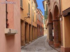 EMILIA ROMAGNA Bologna Visitare il Ghetto Ebraico, un gioiello urbanistico medievale compreso tra le due torri e il quartiere universitario.