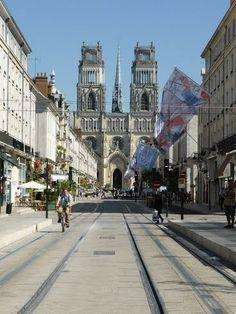 La Cathédrale Sainte-Croix de Orléans possède une architecture d'un gothique tardif du XVIIIe siècle. La première église sur ces lieux ayant été bâtie en 330, la cathédrale actuelle conserve les vestiges des différentes époques qui ont marqué son histoire. - Organisez toutes vos vacances grâce à blog.dreamarent.com