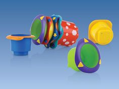 Tazze impilabili Splish Splash   Le cinque tazze impilabili sono perfette per la piscina o il mare!  Grazie ai fori sul fondo è possibile guardare l'acqua scendere dalle tazze. Questo gioco promuove la coordinazione e lo sviluppo del tuo bambino. BPA free