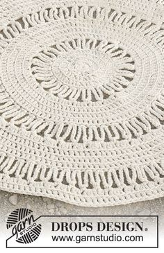 Circular floor rug with double crochet and lace pattern, worked with 3 strands DROPS Paris. Free pattern by DROPS Design. Tunisian Crochet Patterns, Crochet Motif, Knitting Patterns, Knitting Tutorials, Crochet Granny, Lace Knitting, Free Crochet, Drops Design, Lace Patterns