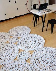 tapete de barbante croche no home office ambiente decorado circular branca nórdico escandinavo