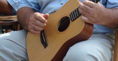 Como escolher um ukulele. O ukulele se tornou recentemente um dos instrumentos musicais mais populares de acordo com o New York Times, com vendas aumentado continuamente desde 2006. O ukulele originou-se no século XIX como uma versão havaiana de um instrumento português e se tornou popular no continente americano no início de 1900. A popularidade do ukulele foi reforçada ...