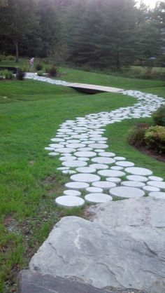 Using circular concrete pavers of different sizes to create a really interesting path Stone Backyard, Stone Garden Paths, Garden Pavers, Backyard Pergola, Garden Stones, Round Pavers, Round Stepping Stones, Stepping Stone Paths, Terrace Garden Design