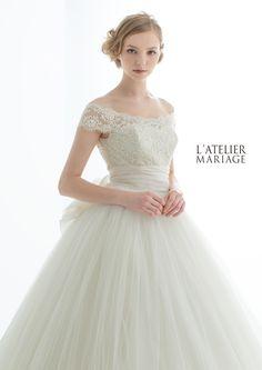 「ラトリエマリアージュ」のクラス感漂う、オフショルダーレースの品格ある一着。やわらかなチュールがしなやかに広がるチュチュのようなスカートは、...