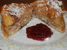 Monte Cristo Sandwich Bennigan's Monte Cristo Sandwich - This looks like the most promising copycat recipe for Monte Cristos I've seen! Monte Cristo Sandwich, Sandwich Recipes, Snack Recipes, Cooking Recipes, Sandwich Ideas, Yummy Recipes, Brie Sandwich, Dinner Recipes, Sandwich Board
