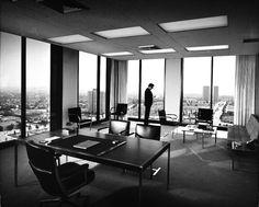Julius Shulman est un photographe américain né en 1936 qui pendant des années photographia les maisons et bâtiments créés par les plus grands architectes en Californie, certaines de ses images sont devenues de véritables icônes reprises dans une multitude de livres et de films.