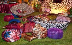 Uma mistura de estampas em almofadas, cadeiras, puffes e papéis de parede